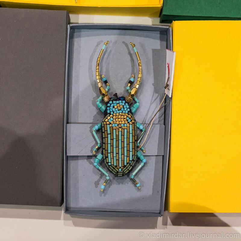Брошь. Бирюзовый жук. Стеклярус.
