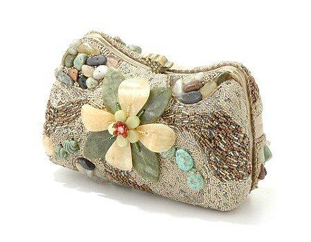 Из этих фотографий вы можете почерпнуть идеи для декора сумок бусинами, бисером, вышивкой, пайетками.