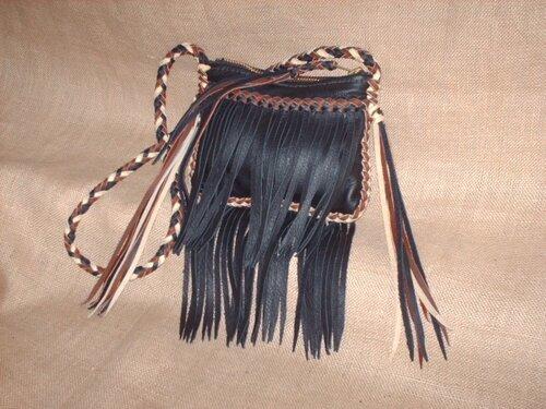 кожаная мужская сумочка на длинном ремешке.