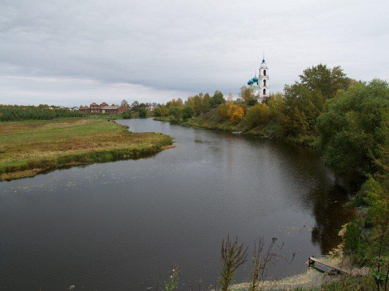 На реке Шиголость.Вид на Троицкую церковь и бывшую мануфактуру (?)