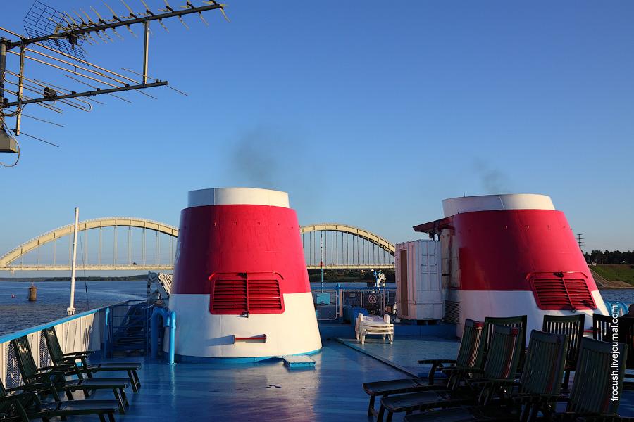 Верхняя часть дымоходов теплохода «Сергей Кучкин» может опускаться и подниматься