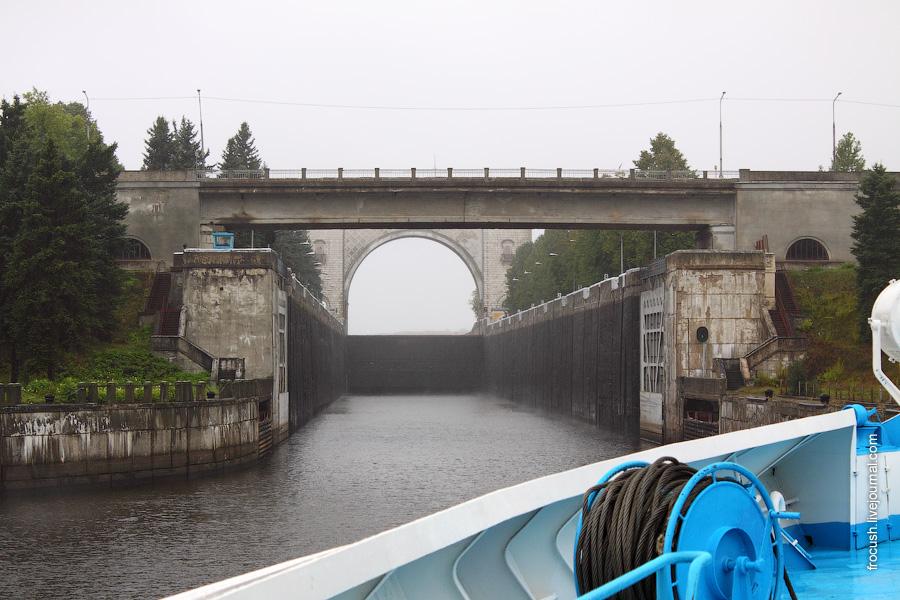 Камера угличского шлюза. Вид со стороны нижнего бьефа. 29 августа 2010. Дождь.