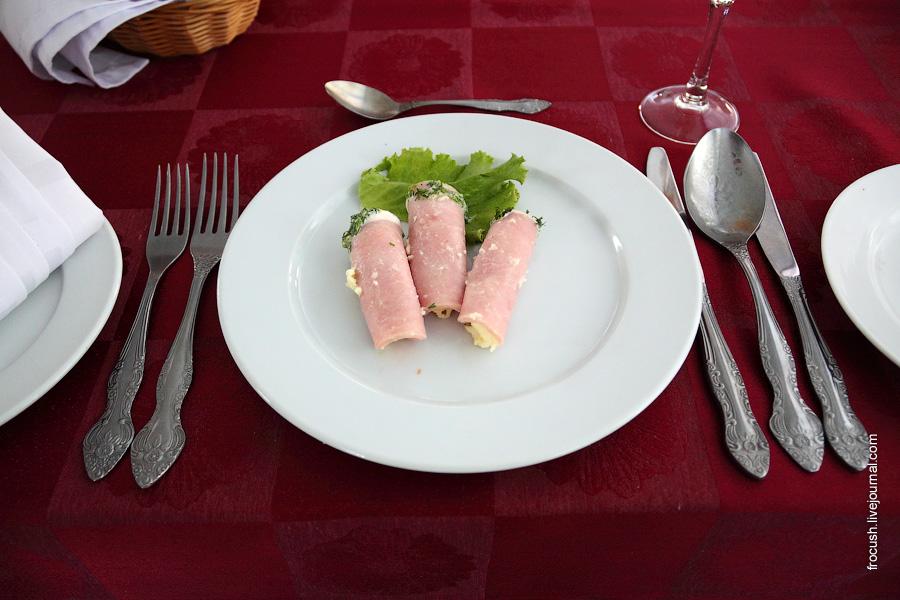 Рулетики ветчинные (фаршированные салатом из сыра, яйца, чеснока)