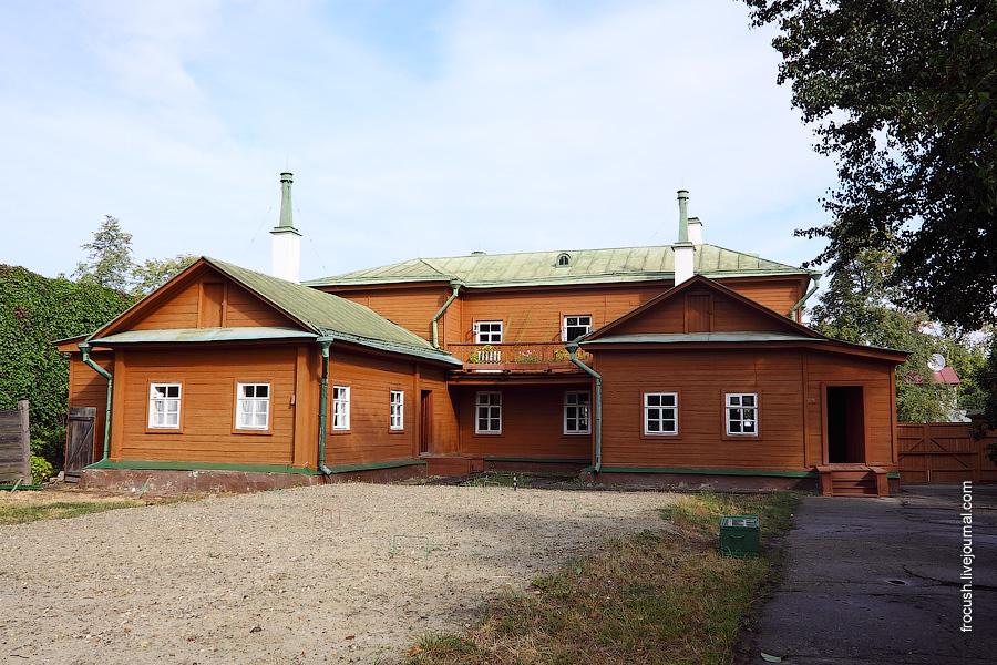 Дом-музей В.И.Ленина. В этом доме с 1878 по 1887 год Володя Ульянов жил. На переднем плане поле для крокета.