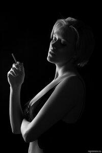 Девушка с сигаретой (блондинка, монохром, сигарета)