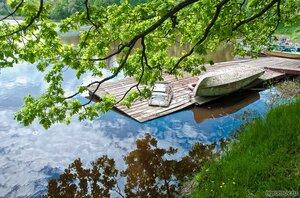 Пристань с лодкой (лето, отражение, судно)