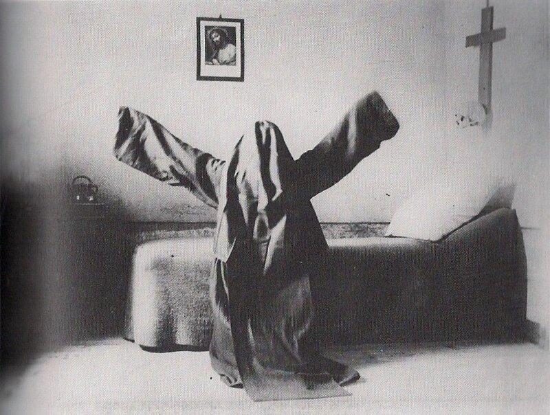 винтажные фото.Монашка из ордена кармелитов молится