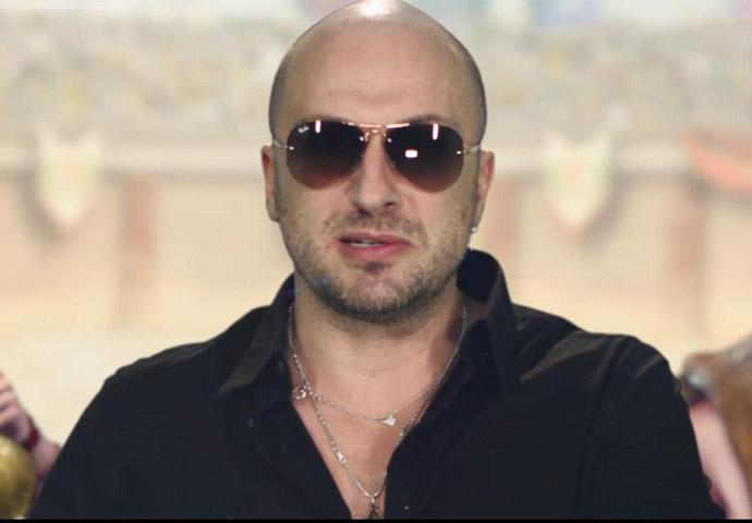 По какой причине Дмитрий Нагиев все время носит очки?