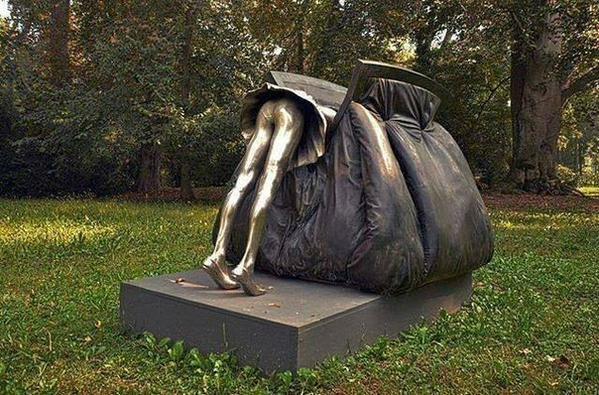 Памятник женской сумочке