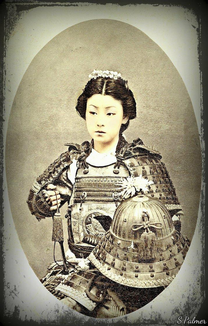 Женщина в самурайских доспехах