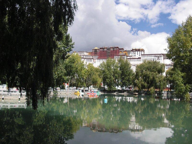 красочный вид на Дворец Потала, резиденцию тибетских лам