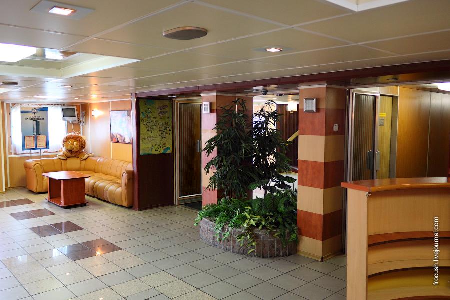 Холл главной палубы теплохода
