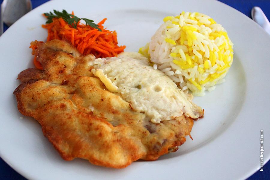 Свинина «Бризоль» (в кляре), рис с шафраном, соус сливочный, овощи свежие