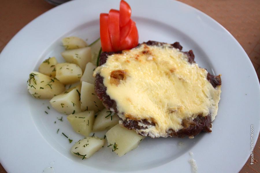 Мясо по-французски (запеченное с луком и сыром)