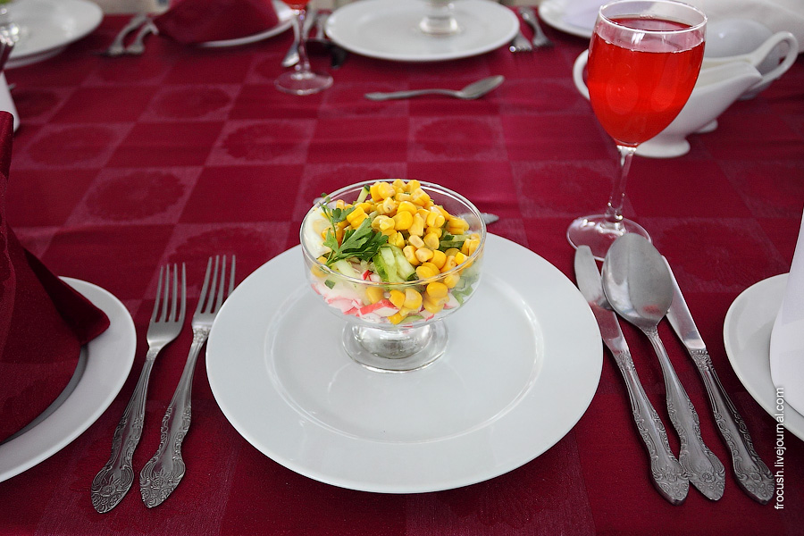 Салат «Алиса» (крабовые палочки, огурец свежий, яйцо, лук, кукуруза, майонез)