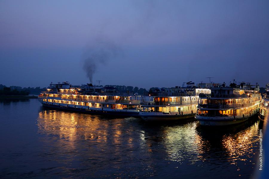 16 августа 2010 года. 21:00. Вечерняя фотография. Теплоход «Прикамье» покидает Казань