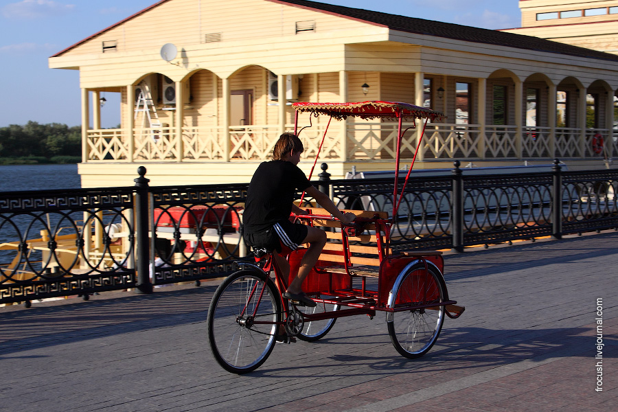 Астраханский велорикша на фоне пивного ресторана «Поплавок»
