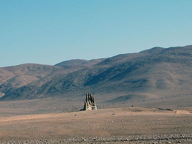 Mano del Desierto. Скульптура руки в пустыне Атакама. Чили