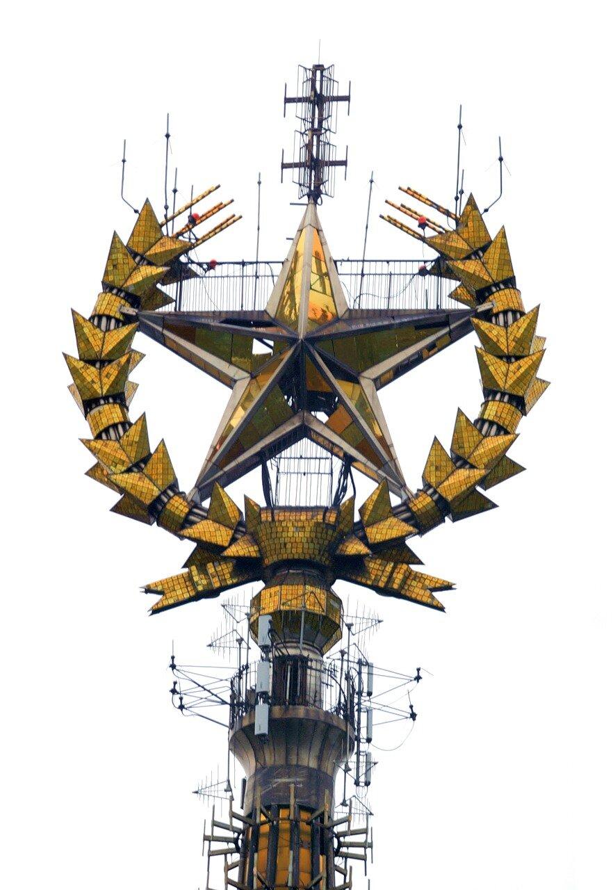 Звезда на шпиле МГУ. Высота здания МГУ - 236 метров.