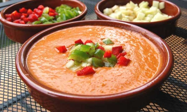 Смешайте 200г майонеза, 3столовые ложки кетчупа, 1чайную ложку коньяка, мелко нарезанную луковицу