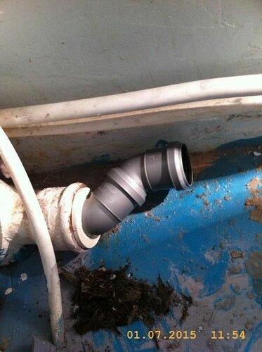 Вставил 2 полуотвода для прижатия трубы к стене