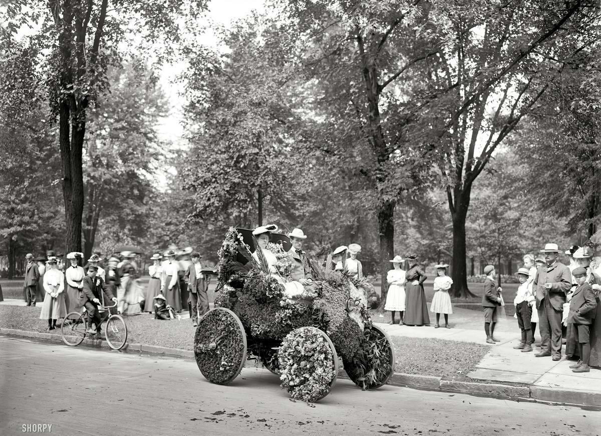 Автомобиль, украшенный для участия в параде цветов (Детройт, 1901 год)