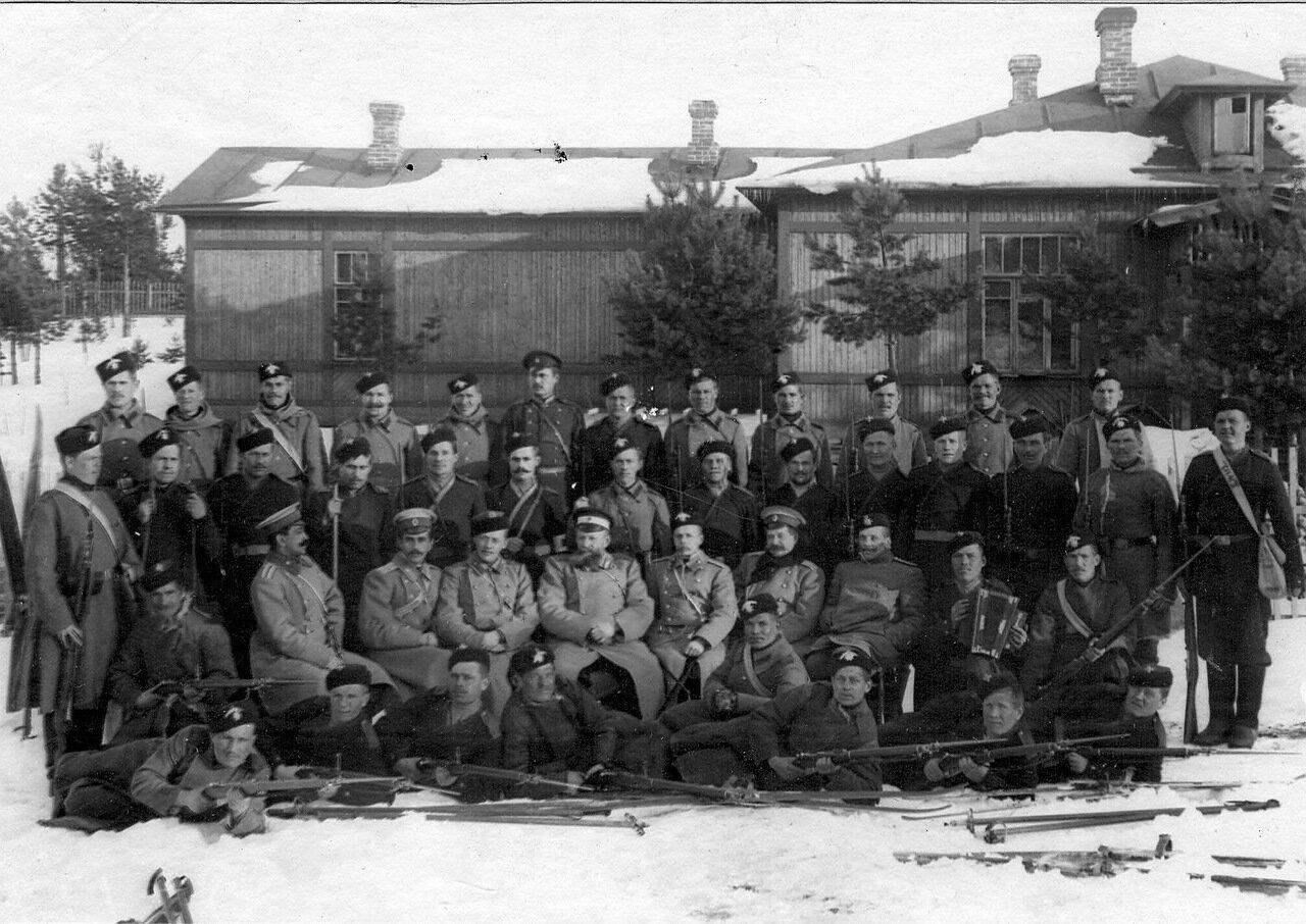 38. Группа офицеров и солдат гвардейских частей, проходящих пограничную практику. 1908