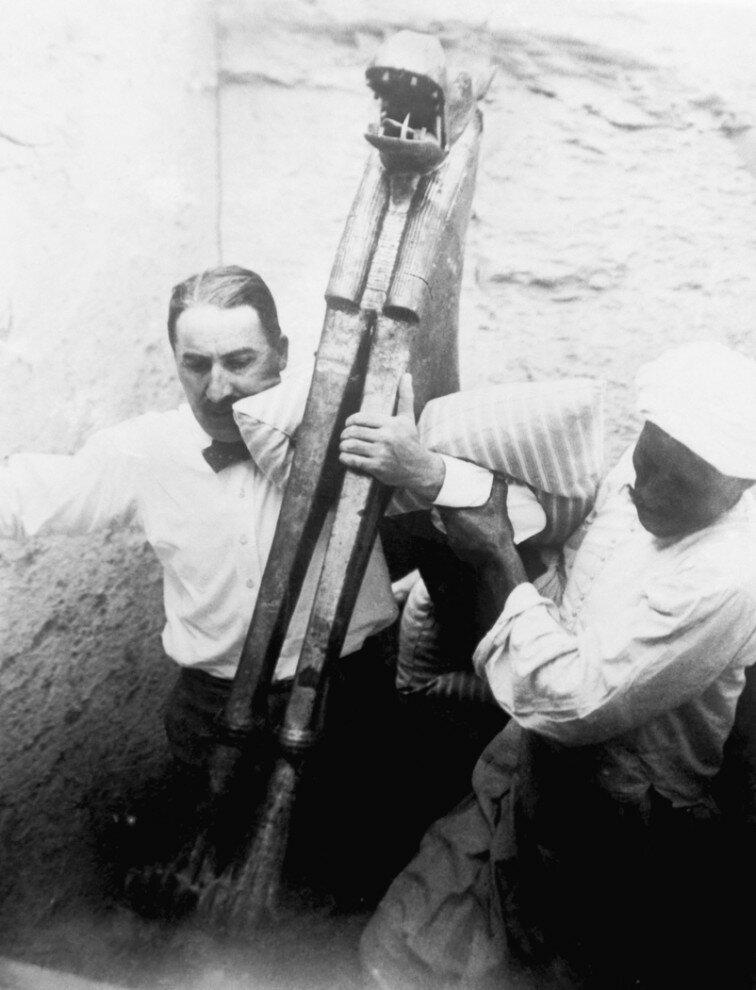 Археологи выносят древние артефакты во время раскопок