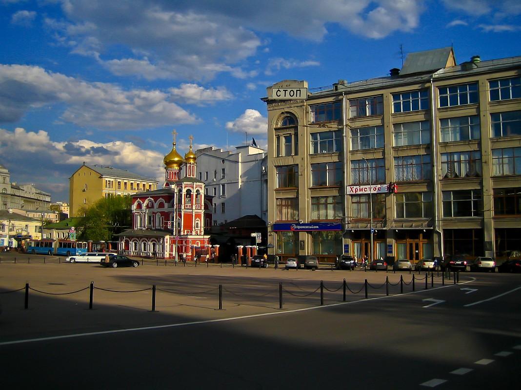 Славянская площадь, Храм Всех Святых, что на Кулишках, справа «Дом металлургов»