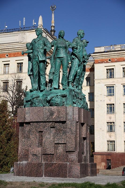 Памятник в честь 50-летия студенческих стройотрядов