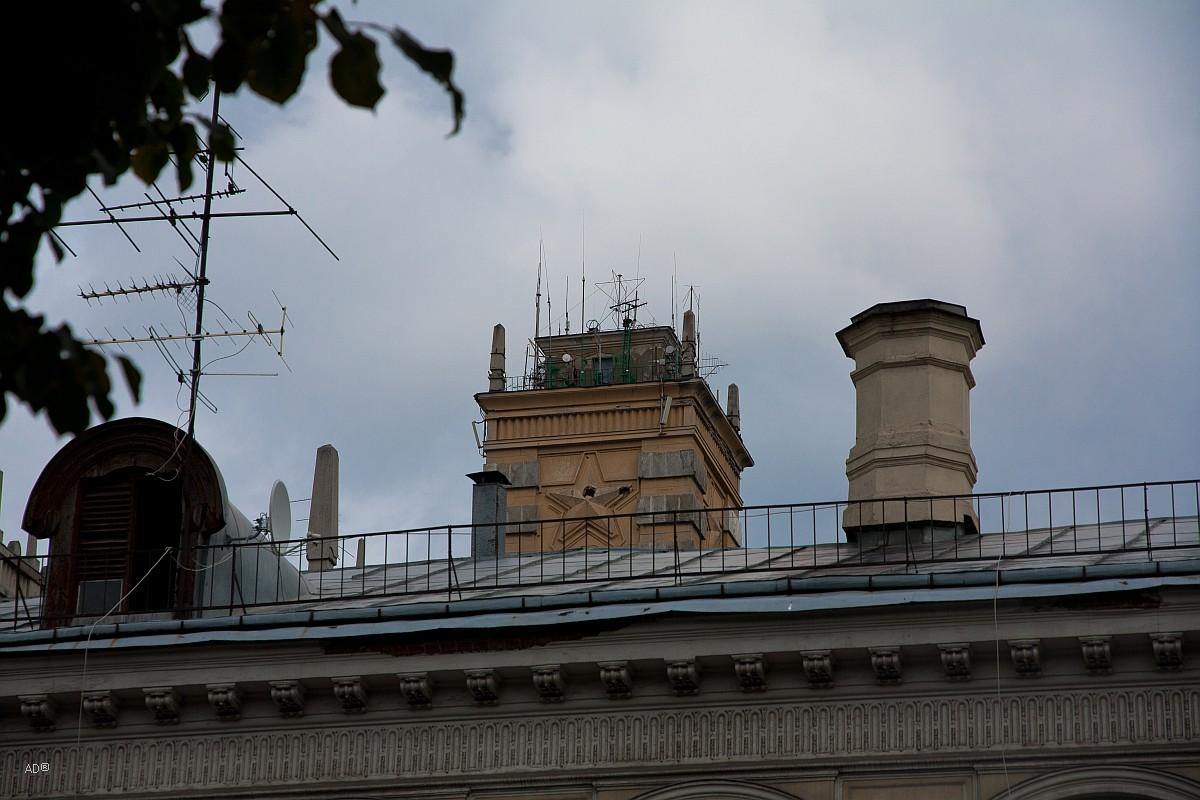 Сзади видна башня Генерального штаба Вооружённых сил РФ (старое здание)
