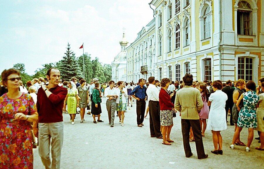 На улицах Москвы в 1968 г. и Ленинграда в 1972 г.