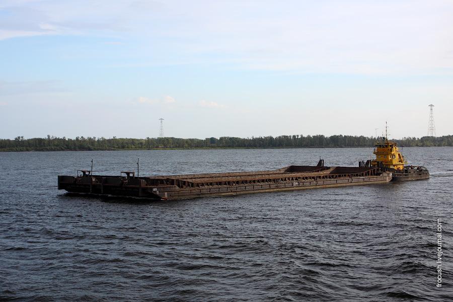 «Шлюзовой-149» с двумя баржами
