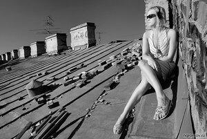 Девушка на крыше (блондинка, крыша, монохром)