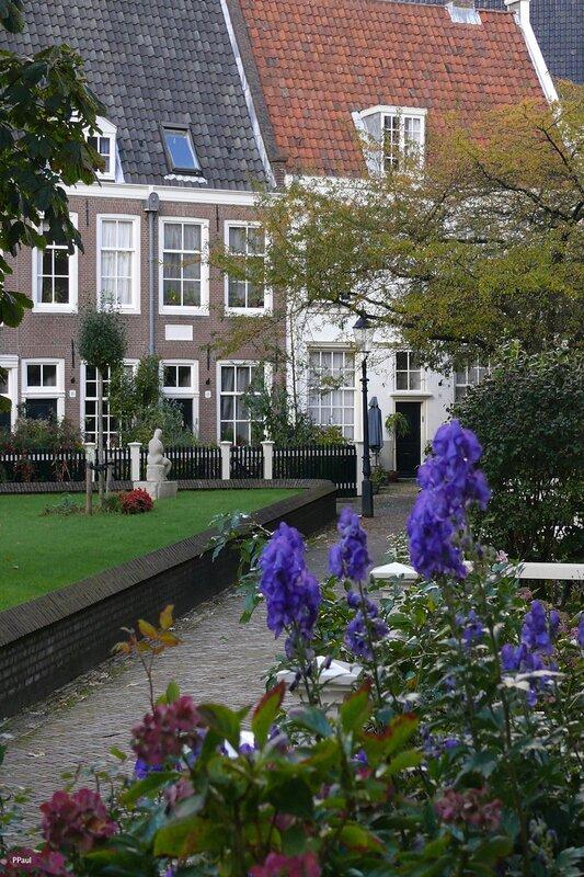 Двор Бегинок (Begijnehof) в Амстердаме.