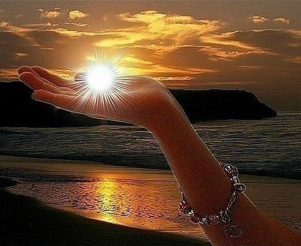 Открытки. Солнце на ладошке. 3 мая День Солнца!