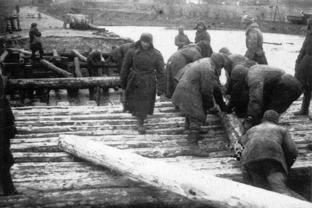 Постройка временного моста через Южный Буг в районе Винницы в марте 1944-го