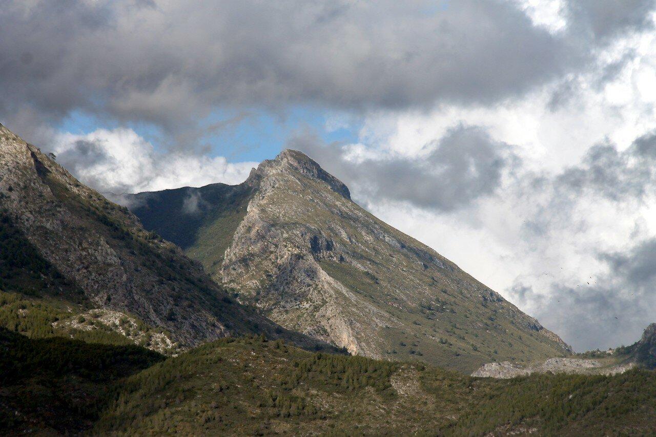 Нерха. Вид на горы Сьерра-Альмихара (Sierra Almijara)