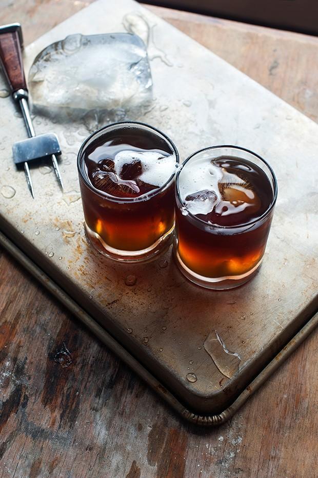 13. Ледяной кофе с кофейным ликером, взбитыми сливками и мускатным орехом.