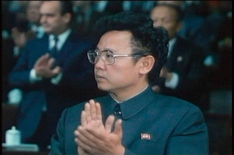 10. Ким Чен Ир аплодирует на съезде Рабочей партии Кореи в 1980 году. (AP Photo/APTN)