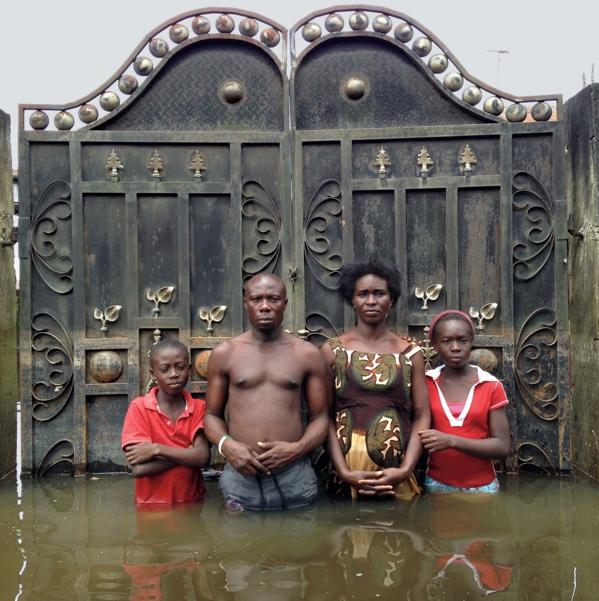 Нигерия, 2012. Джозеф и Эмдьюранс Эдем с детьми перед воротами своего дома.