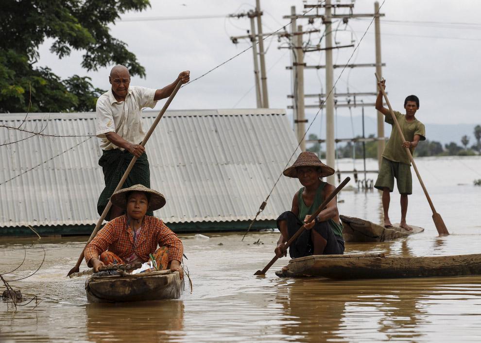 12. Рекордное наводнение в Мьянме, 21 июля 2015. (Фото Soe Zeya Tun   Reuters):