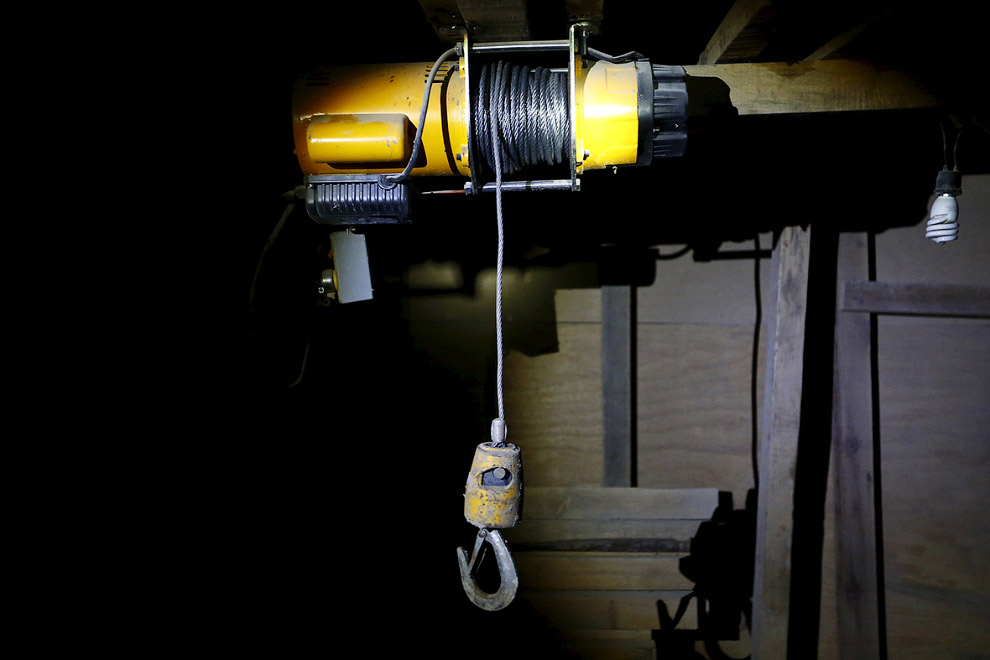 12. Брошенные в тоннеле инструменты рабочих, которые рыли этот ход на волю. (Фото Yuri Cortez):