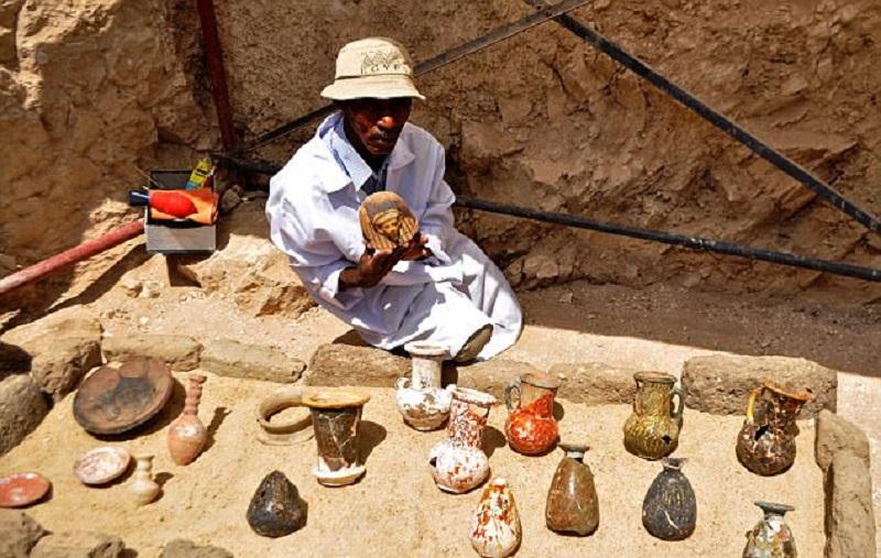 Археологи обнаружили 8 мумий и сокровищницу артефактов в 3500-летней гробнице возле древнего города