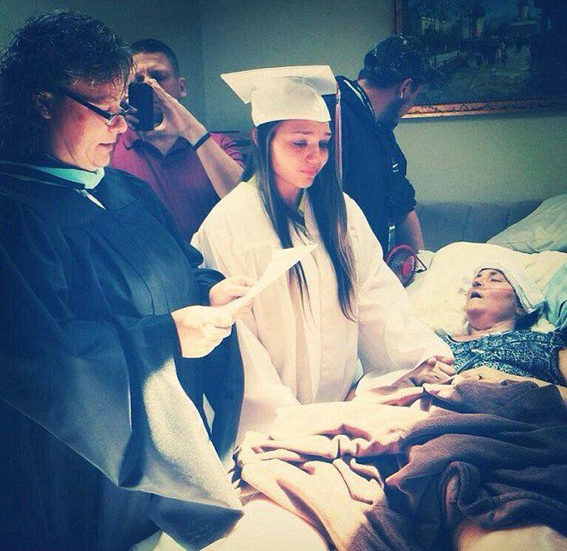 16. Девушка получает диплом о высшем образовании перед своей неизлечимо больной матерью.