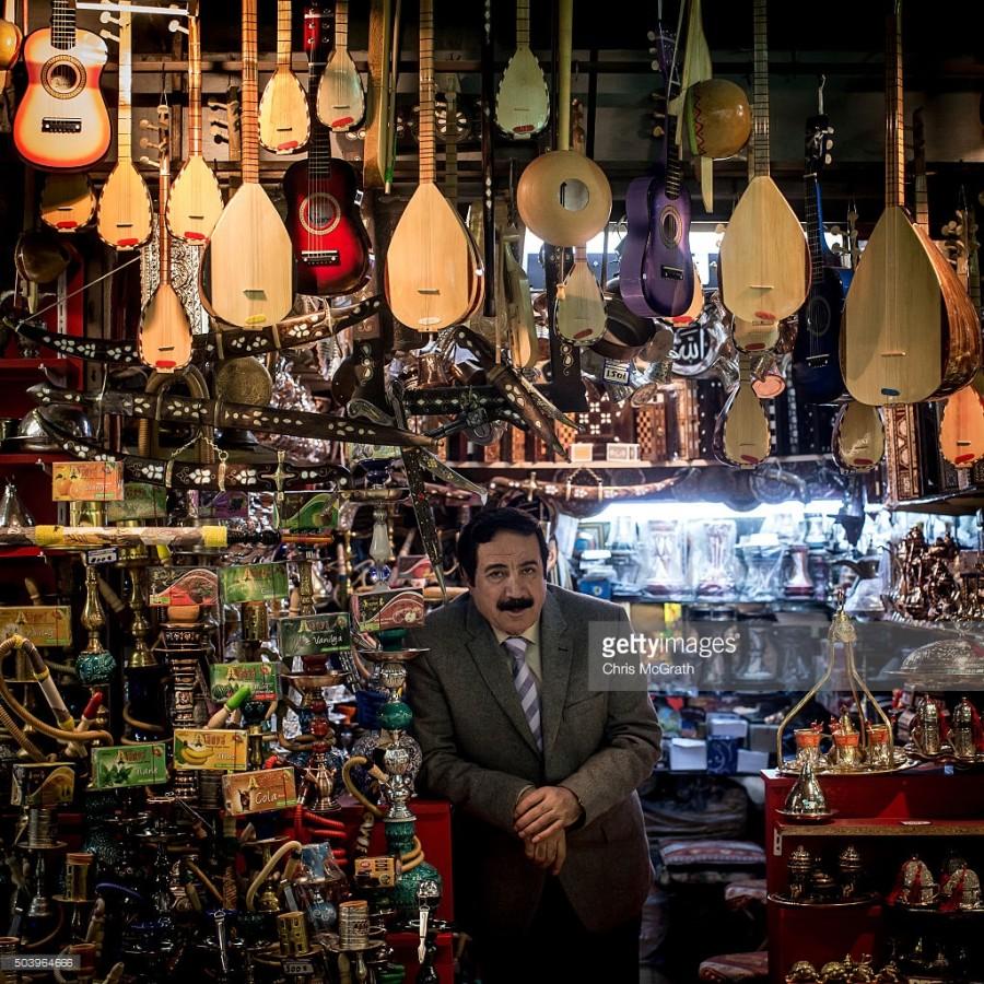 2. Нарядно одетый Ахмет Тан продает кальяны и традиционные музыкальные инструменты.