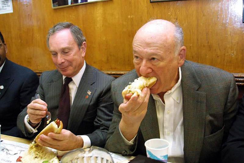 8. В ноябре 2001 года будущий мэр Майкл Р. Блумберг и бывший мэр Эдвард И. Кох обедали хот-догами в