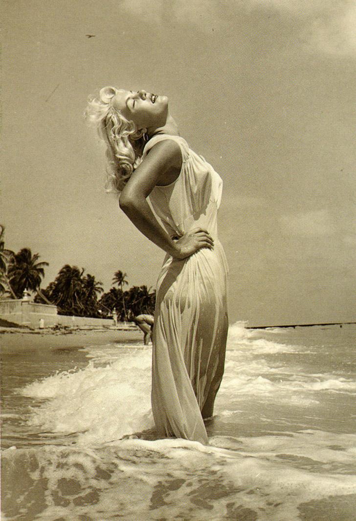 Часто этот ослепительный образ греческой богини принимают за Мэрилин Монро, но это Сэнди Фултон, сфо