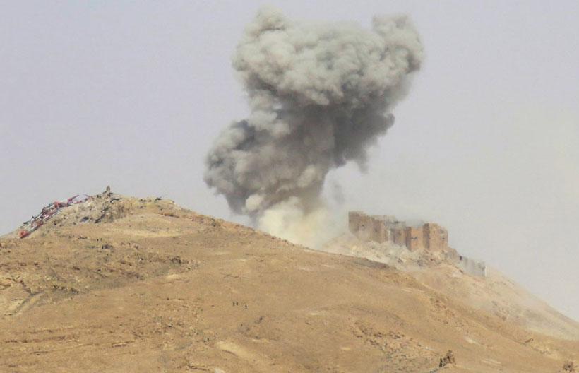 2. Бои за Пальмиру. Солдат правительственной армии ведет огонь из разрушенного старинного дворца, 24