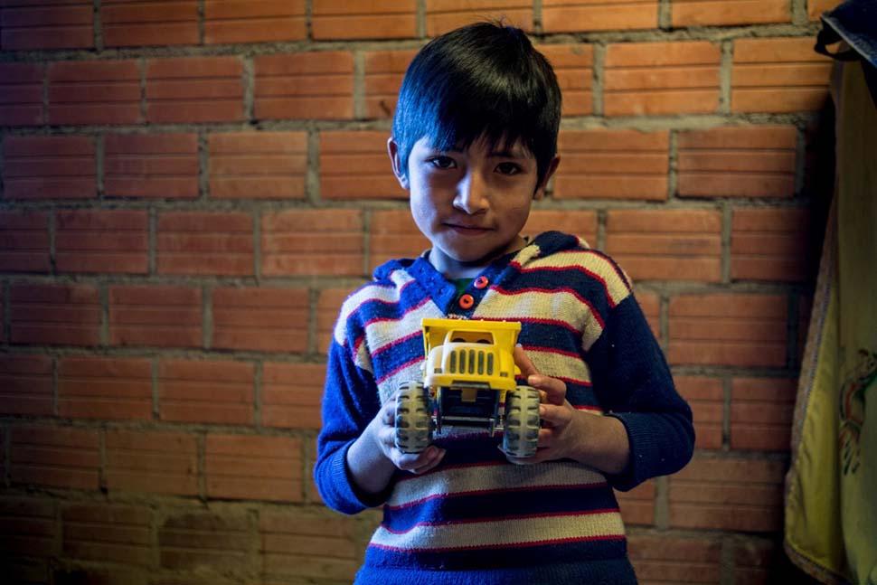 Боливия, семейный доход — 265 долларов на взрослого в месяц. Любимая игрушка — грузовик.
